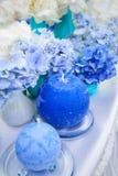 蓝色八仙花属和蜡烛 库存照片