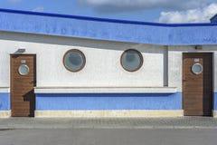 蓝色公共厕所 免版税库存照片