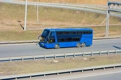 蓝色公共汽车游人 免版税库存照片