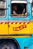蓝色公共汽车的边有司机的在街道上在加尔各答,印度 图库摄影