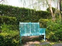 蓝色公园长椅 免版税库存照片