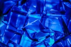 蓝色具体化O从下面被点燃的明胶立方体 库存图片