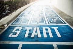 蓝色具体跑道、走道和跑步的方式 免版税库存照片
