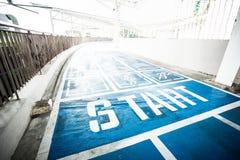 蓝色具体跑道、走道和跑步的方式 图库摄影