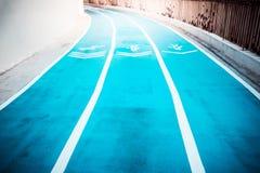 蓝色具体跑道、走道和跑步的方式 库存图片