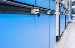 蓝色内阁在实验室,办公室 免版税图库摄影