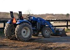 蓝色农用拖拉机 免版税图库摄影