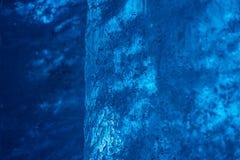 蓝色冰墙壁细节在冰川隧道里面的 免版税图库摄影
