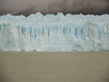 蓝色冰墙壁 库存照片