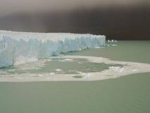 蓝色冰墙壁 免版税库存图片