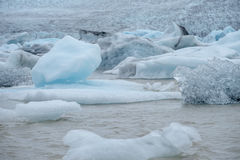 蓝色冰山在冰川盐水湖, Jokulsarlon,冰岛 免版税图库摄影