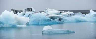 蓝色冰山在冰川盐水湖, Jokulsarlon,冰岛 库存图片