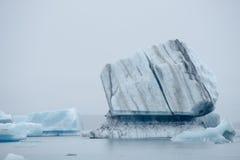 蓝色冰山在冰川盐水湖, Jokulsarlon,冰岛 免版税库存图片