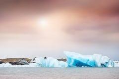 蓝色冰山在日落的Jokulsarlon冰河盐水湖 免版税图库摄影