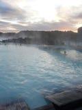 蓝色冰岛盐水湖蒸汽的日落 库存照片