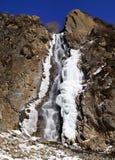 蓝色冰岩石天空瀑布 免版税库存图片