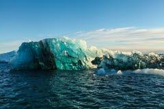 蓝色冰川冰,冰山, Jokulsarlon盐水湖,冰岛 免版税图库摄影