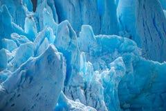 蓝色冰川的残破的倾斜在阳光下 Shevelev 免版税库存图片