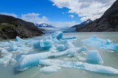 蓝色冰巴塔哥尼亚人的冰川冰山在湖浇灌 免版税库存照片
