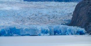 蓝色冰巴塔哥尼亚人的冰川冰山在湖浇灌 库存照片