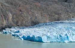 蓝色冰巴塔哥尼亚人的冰川冰山在湖浇灌 图库摄影