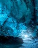 蓝色冰洞在冰岛 库存图片