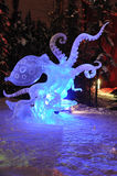 蓝色冰章鱼环形雕塑 免版税库存图片