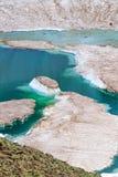 蓝色冰水池在夏天在落矶山下雪 免版税库存照片