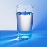 蓝色冷玻璃杯水 免版税图库摄影