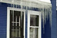 蓝色冻结的冰柱冬天 免版税库存照片