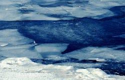 蓝色冻结的冰编结雪水 免版税图库摄影