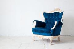 蓝色减速火箭的扶手椅子 库存照片