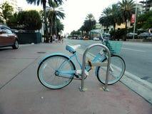 蓝色减速火箭的自行车 库存图片