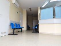 蓝色凳子在候诊室 免版税库存照片