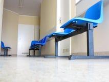 蓝色凳子在候诊室 免版税图库摄影