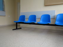 蓝色凳子在候诊室 库存照片