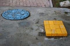 蓝色出入孔和黄色砖 库存图片