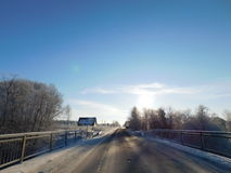 蓝色分行休息日霜谎言天空雪结构树冬天 库存照片