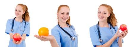 蓝色制服的俏丽的医生有听诊器和苹果isola的 库存照片