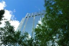 蓝色办公室塔 免版税库存照片