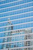 蓝色办公室玻璃反射的大厦 免版税库存图片