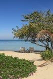 蓝色加勒比海和海滩在牙买加 免版税库存照片