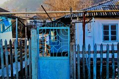 蓝色加工铁门,村庄,克里米亚 免版税库存图片