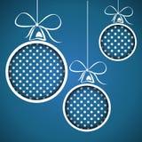 蓝色加点的圣诞节球 皇族释放例证