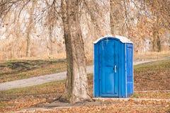 蓝色化工洗手间在公园 库存图片