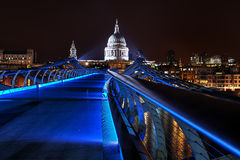 蓝色千年桥梁在晚上 免版税库存照片