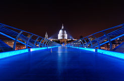 蓝色千年桥梁在晚上 库存图片