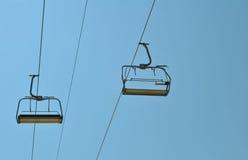蓝色升降椅天空 免版税图库摄影