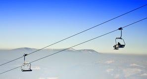 蓝色升降椅滑雪天空冬天 免版税库存图片