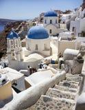 蓝色半球形的教会在圣托里尼,希腊 免版税库存图片